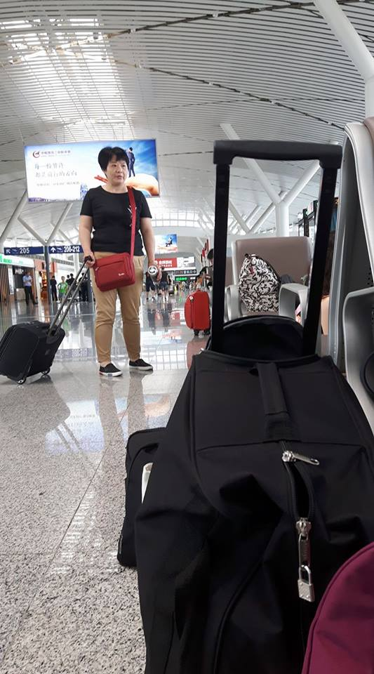 Minket bámuló nő a Taiyuan-i reptéren