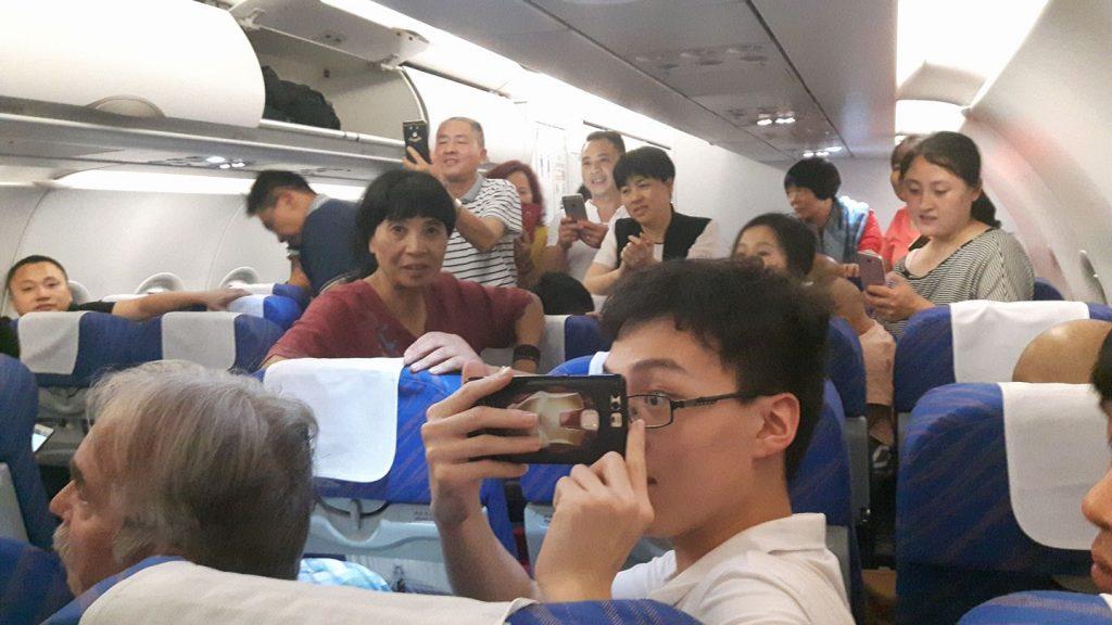 A performanszunkat fényképező és videózó társaság a repülőgépen